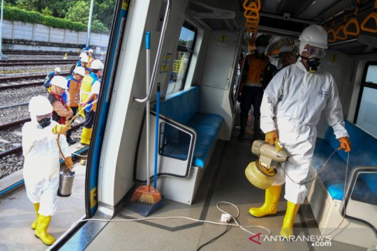 Polda Sumsel turunkan Dokkes semprot disinfektan di LRT