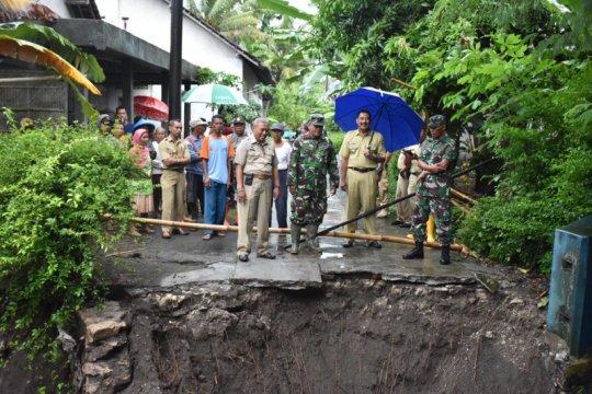 Diterjang banjir akibat hujan, jembatan di Sanden Bantul putus