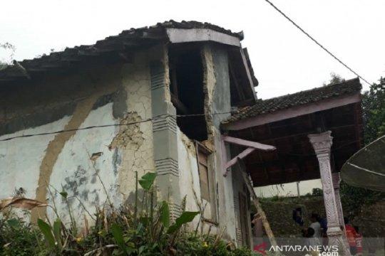 Sejumlah warga Sukabumi terluka tertimpa puing rumah akibat gempa