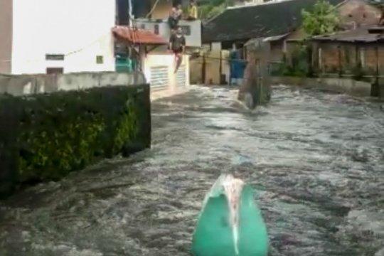 Di Yogyakarta, Sungai Manunggal meluap dan robohkan talut