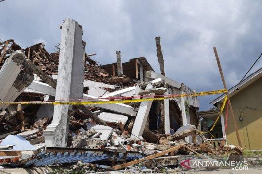 Korban gempa Sukabumi terobos reruntuhan rumah untuk selamatkan diri