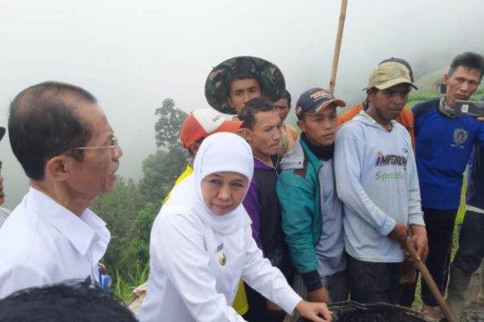 Di lereng Gunung Lawu, Gubernur Jatim pantau padat karya dana desa