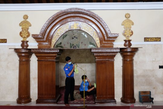 Aksi bersih masjid cegah penyebaran COVID-19 di Solo
