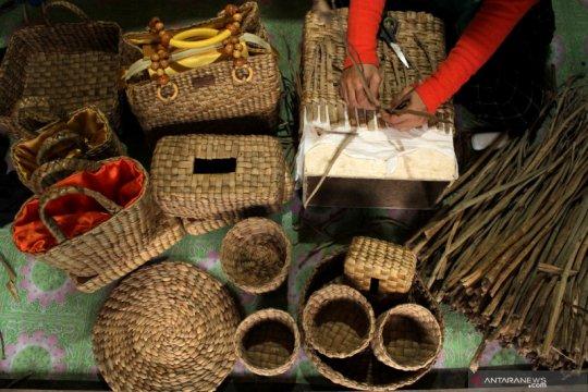 Kerajinan berbahan baku eceng gondok di Makassar