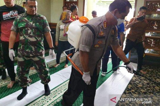 Cegah COVID-19, Polres Metro Bekasi Kota gelar sterilisasi di masjid