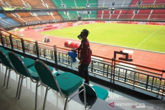 Masuk stadion, penonton Persebaya versus Persipura cek suhu tubuh