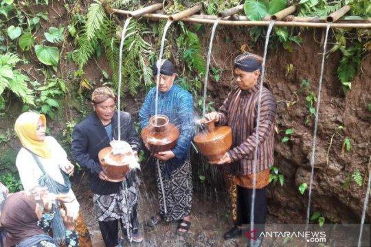Prosesi pengambilan air jamasan awali Festival Durian Ngropoh