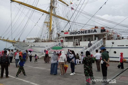 KRI Dewaruci dan KRI Bima Suci diserbu siswa di Makassar