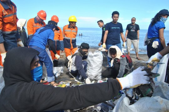 Aksi bersih pantai Makassar kumpulkan 1,4 ton sampah