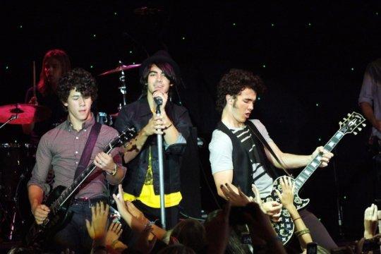 Jonas Brothers batalkan konser antisipasi COVID-19