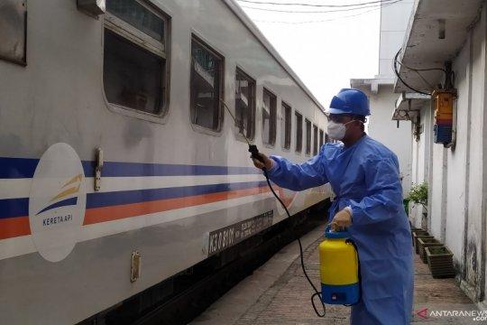 Stasiun Kereta Api Medan disemprot disinfektan