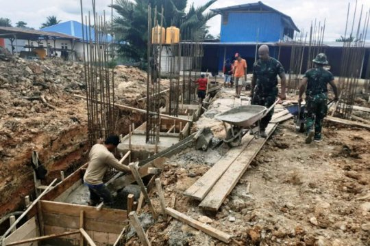 TNI bantu pengecoran tiang Masjdi Darul Hidayah Boven Digoel