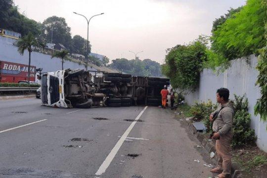 Truk pengangkut gas terguling di Tol TB Simatupang