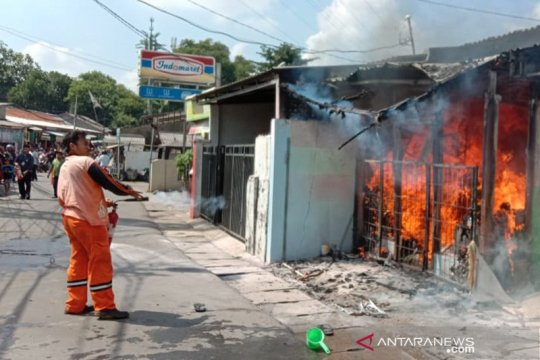Api membakar tempat usaha laundry dan warung makan di Ciracas