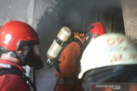 Damkar turunkan 11 unit padamkan api  salah satu ruko di Kebon Kacang