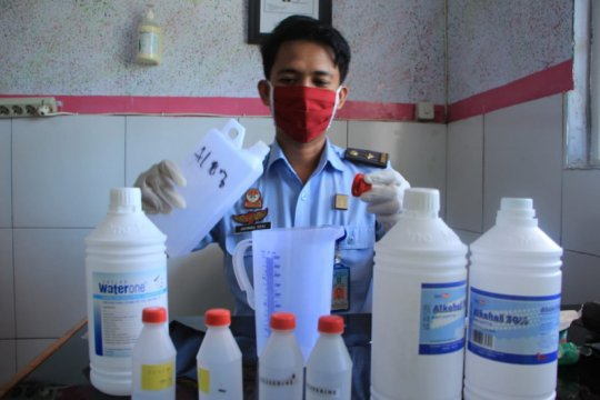 Cegah COVID-19 Rutan Makassar racik hand sanitizer