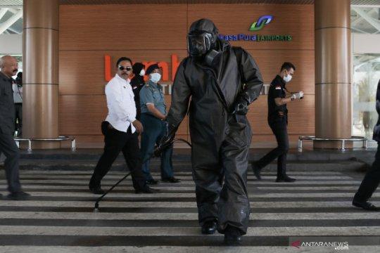 Tim Brimobda NTB semprot disinfektan di Bandara Internasional Lombok