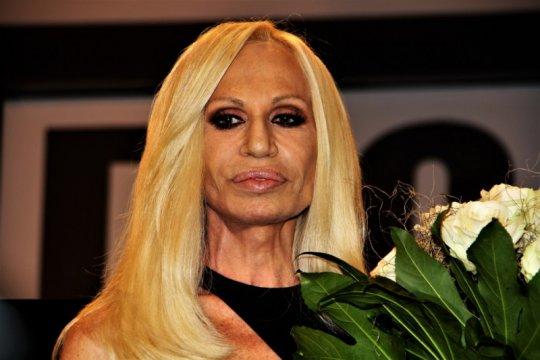 Cara Donatella Versace melawan corona