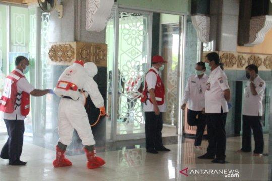 Kantor Wali Kota Jakarta Barat hingga masjid disemprot disinfektan