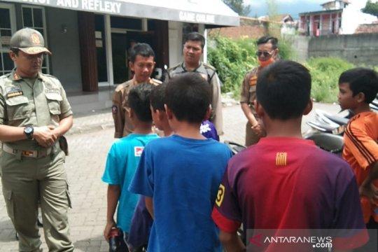 Satpol PP Garut tangkap anak-anak di sejumlah warnet antisipasi Corona