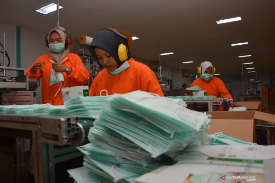 Pabrik masker kekurangan bahan baku