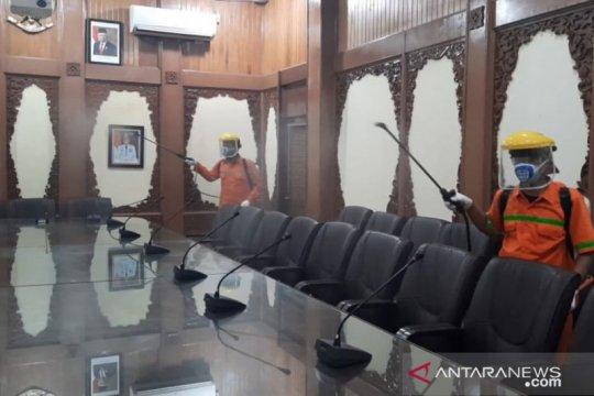 Kantor Wali Kota Jambi disemprot disinfektan untuk cegah virus corona