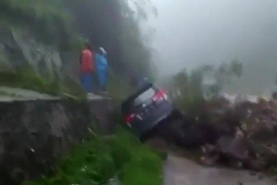 Sebuah mobil diterjang longsor di perbatasan Padang-Solok