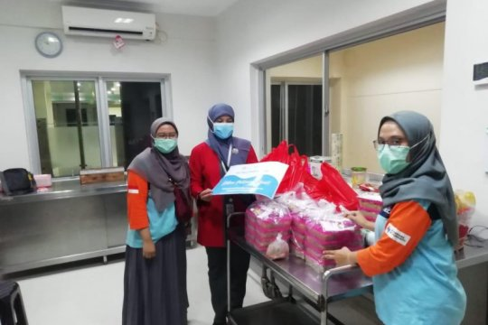 Sekolah Relawan bantu makanan untuk paramedis