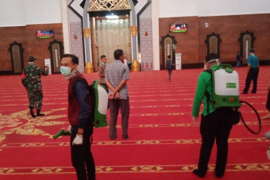 Cegah COVID-19, Islamic Center Mataram disemprot cairan disinfektan