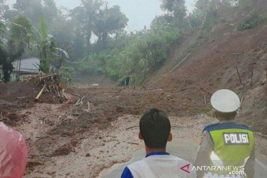 Jalur menuju selatan Cianjur kembali tertutup longsor