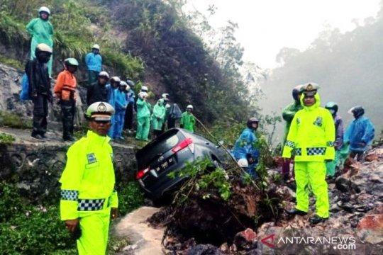 Longsor di Jalinsum perbatasan Padang-Solok