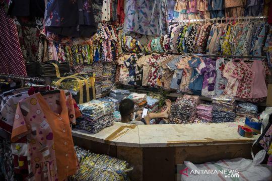 Pasar Tanah Abang sepi, omzet pedagang turun drastis