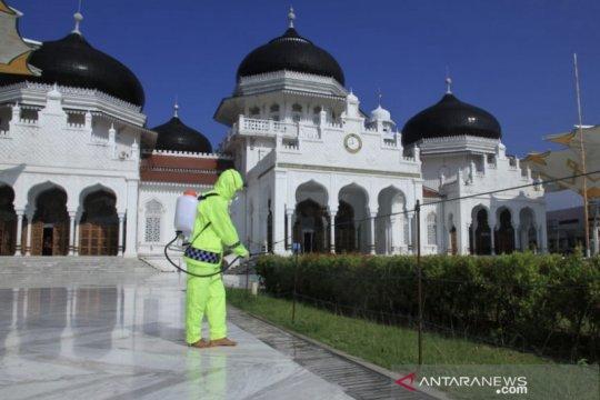 Cegah Covid-19, Masjid Raya Baiturrahman disemprot desinfektan