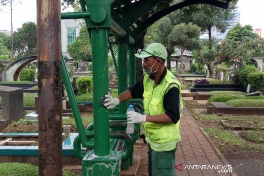 Cegah COVID-19, petugas semprot disinfektan empat TPU  Jakarta Pusat