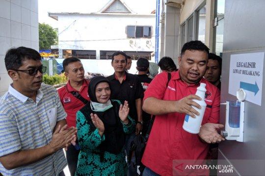 """Kader PDI Perjuangan Garut bagikan """"hand sanitizer"""" di tempat umum"""