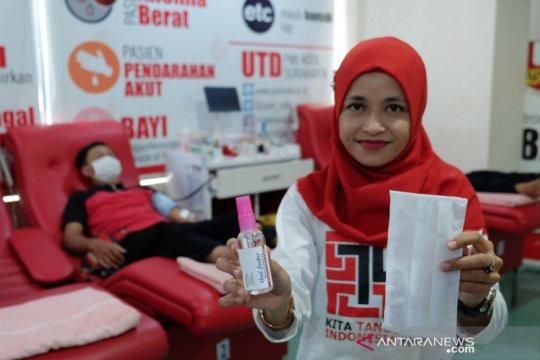 PMI Solo bagikan handsanitizer dan masker kepada pendonor