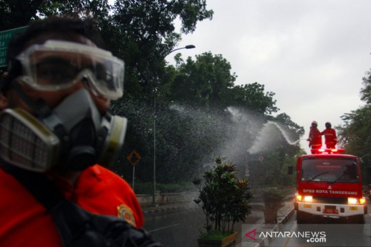 Penyemprotan disinfektan jalan raya Daan Mogot