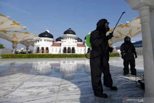 Masjid Raya Baiturrahman disemprotkan disinfektan