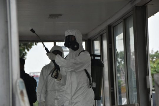Polda Riau kerahkan jajarannya semprot disinfektan di area publik