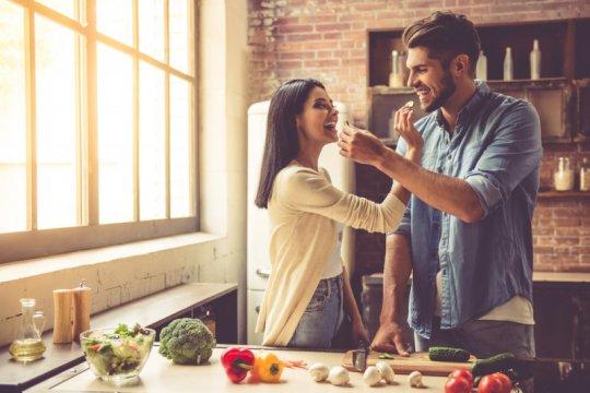 Ide kencan romantis saat isolasi diri, masak bareng hingga main kemah