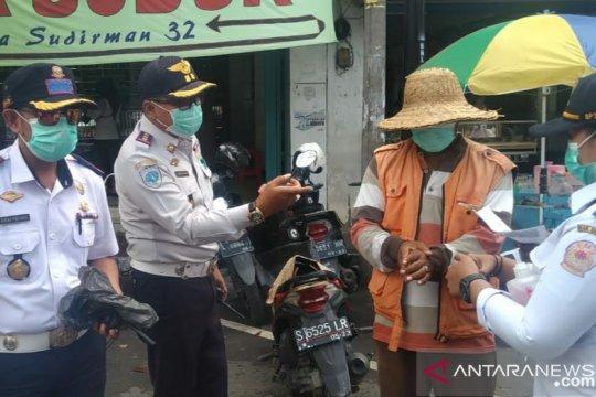Dishub Bangkalan bagikan masker pada tukang parkir