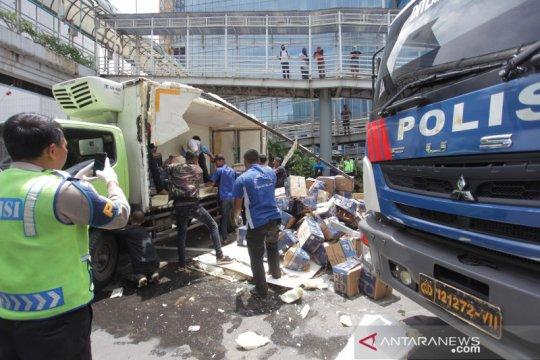 Kecelakaan libatkan lima truk di tol dalam kota Jakarta
