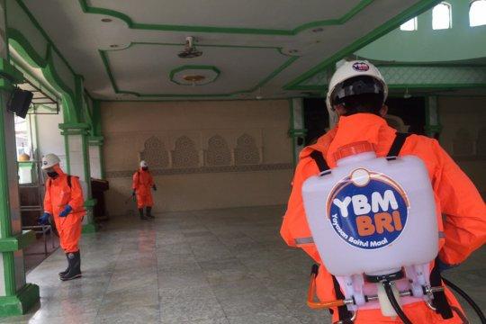 Cegah COVID-19, YBM-BRI semprot masjid di Aceh dengan disinfektan