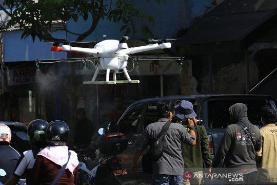 Surabaya semprotkan disinfektan ke jalan dan kampung gunakan drone