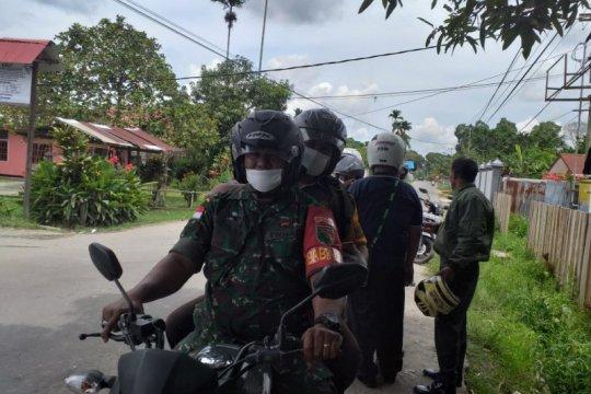 TNI-polisi di Sentani keliling kampung imbau warga cegah Covid-19