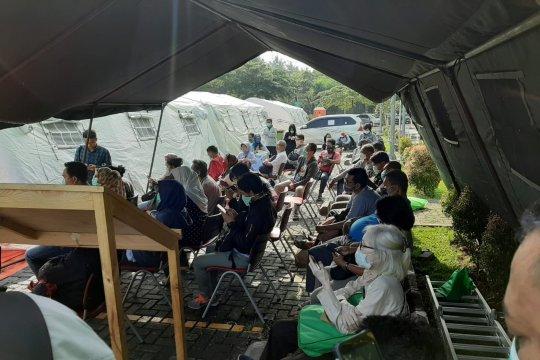 Warga antre tes cepat COVID-19 di RSUD Pasar Minggu