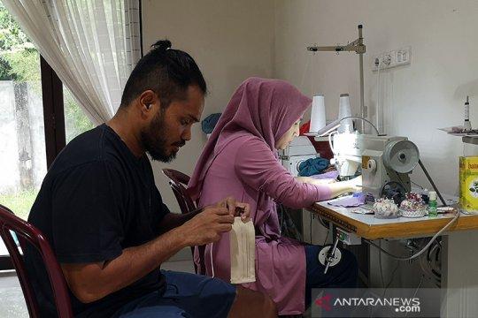 Pasutri di Pekanbaru buat masker untuk dibagikan gratis cegah COVID-19