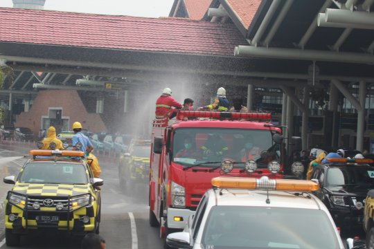Terminal penumpang dan area parkir Soetta disemprot cairan disinfektan