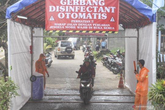 Gerbang disinfektan di Depok