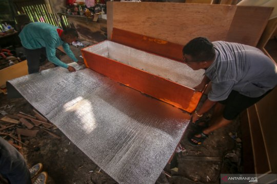 Pembuatan peti khusus jenazah COVID -19